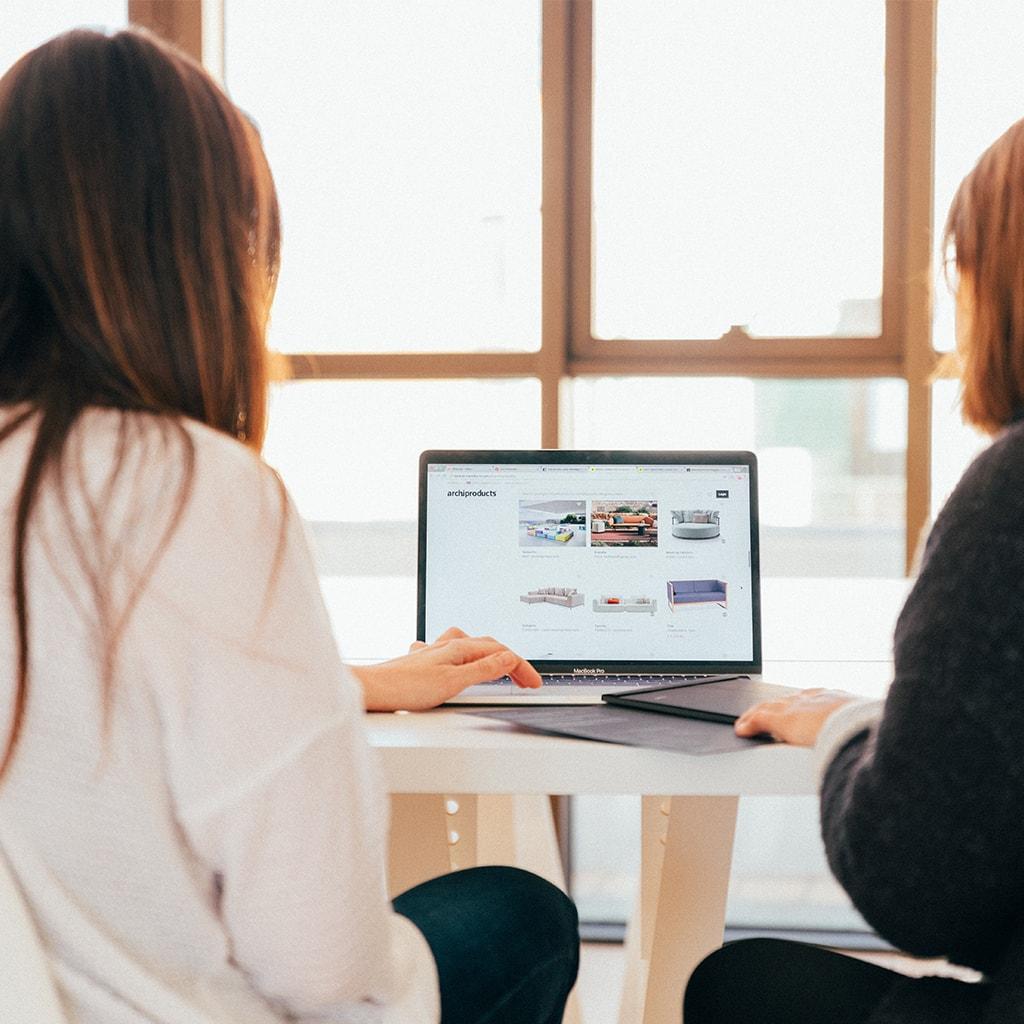 Zwei Frauen in einer Besprechung vor einem Laptop