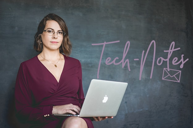 Olga Weiss sitzend mit einem Laptop - Newsletteranmedlung Technotes