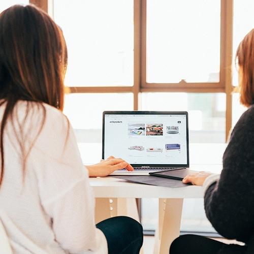 Zwei Frauen vor einem Laptop