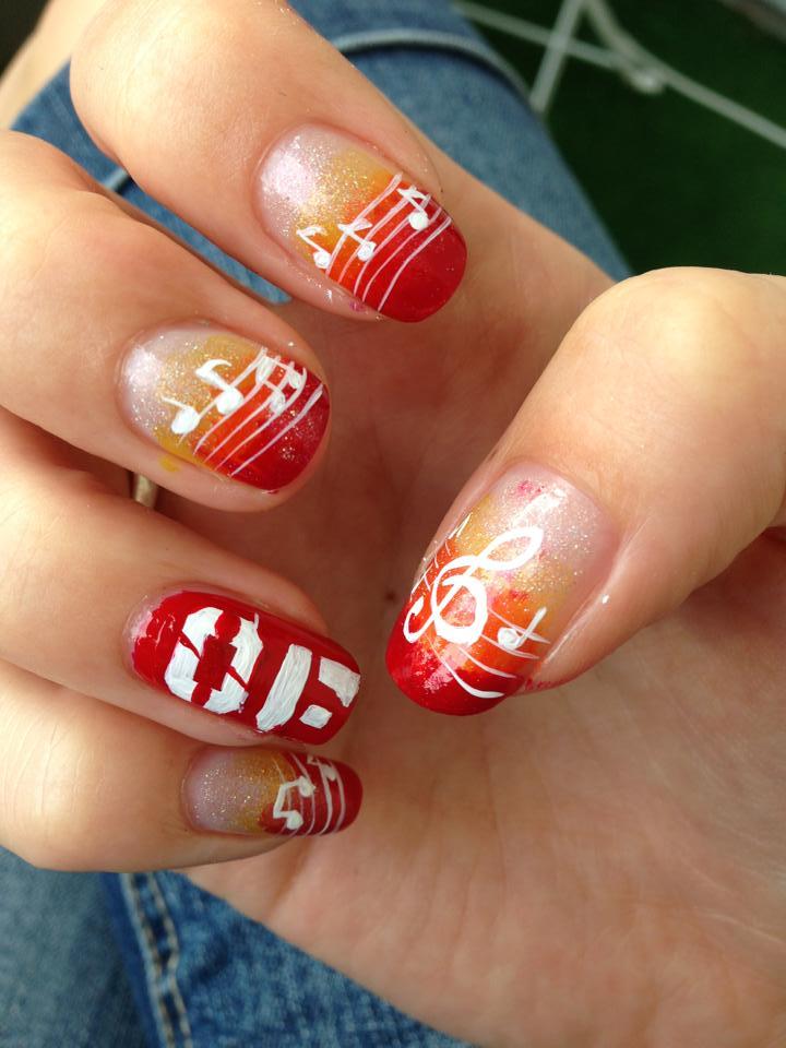Lackierte Nägel in rot und orange